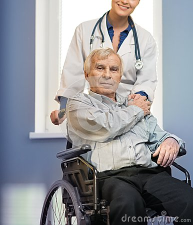 Krankenschwesterfrau mit älterem Mann