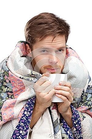 Kranker junger Mann mit einer Schutzkappe