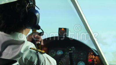 Krankzinnige kapitein van lijnvliegtuig het drinken bier met tweede piloot in cockpit, gevaar stock video