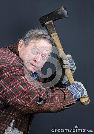 Krankzinnige oude mens met bijl