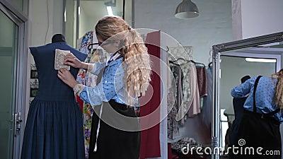 Krawcowej przypinania koronki wystrój plecy suknia zdjęcie wideo