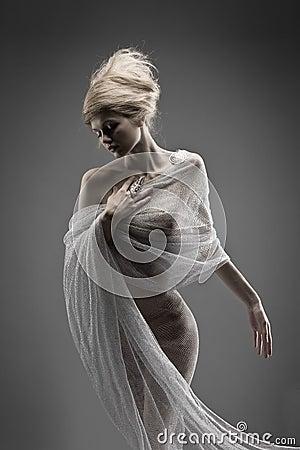 Kreative Frisur des schönen nachdenklichen Zaubermädchens