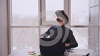 Kreative Geschäftsleute in modernen Büros Erstellung von Anwendungen oder Programmen für virtuelle und erweiterte Realität Design stock video