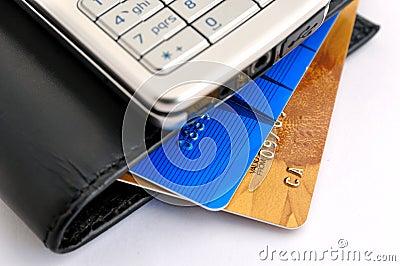 Kreditkarten, Mobiltelefon und Mappe