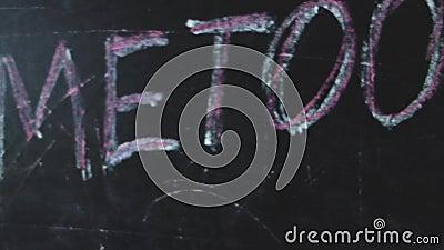 Kredowa inskrypcja na czarnym chalkboard z hashtag Ja Zbyt Ogólnospołeczny medialny ruch na rozlewnym rozpowszechnianiu napaść na zbiory