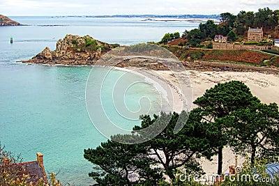 Kreek en Strand op de Kust van Bretagne Frankrijk