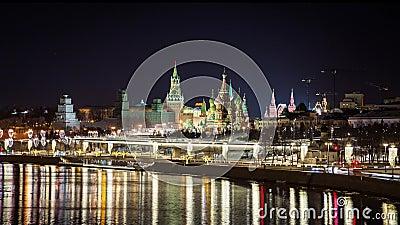 Kreml, St Basil's Cathedral, Zaryadye Park och suspensionsbron på kvällen, Moskva, Ryssland lager videofilmer