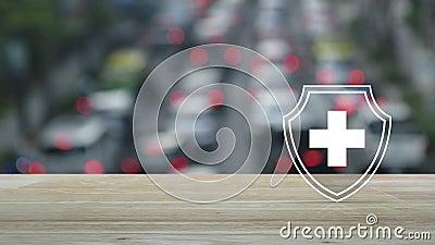 Kreuzform mit Schild flacher Ikone auf Holztisch über Unschärfe Stunde mit Autos und Straße in der Stadt, Business gesund und med stock video