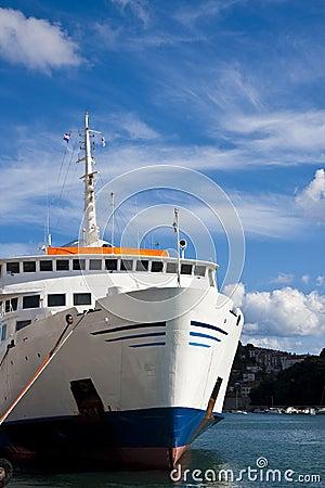 Kreuzschiff gebunden am Dock
