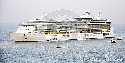 Kreuzschiff-Oase der Meere und der zarten Boote Redaktionelles Bild
