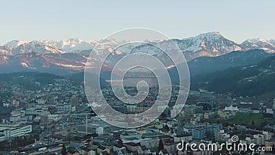 Kriens Cityscape e Montanhas Suíça Vista aérea filme