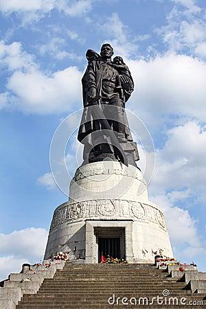 Kriger sovjetisk treptower berlin för den minnes- parken