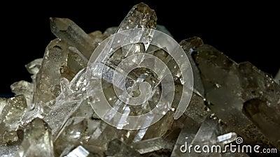 Kristal van bergen Roteert op een zwarte achtergrond Macro stock videobeelden