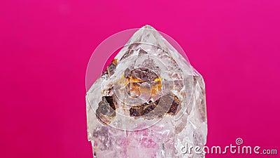 Kristal van de bergen, geïsoleerd op een roze achtergrond Macro shot stock videobeelden