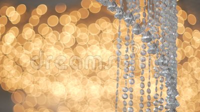 Kristall-strass Lampe über Luxusinnenarchitektur des warmen hellen Hintergrundes stock video