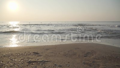 Kristallklare Wellen des Mittelmeers, die bei Sonnenschein bis zum Sandstrand rollen Nahaufnahme des beruhigenden Schaumwassers stock footage