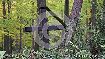 Kruis in een begraafplaats stock videobeelden