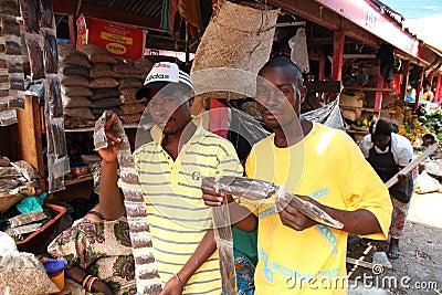 Kryddaförsäljare som visar gods i Afrika Redaktionell Foto