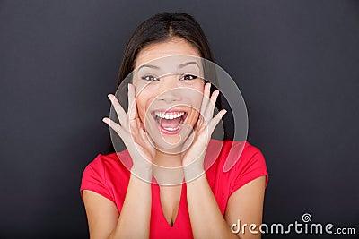 Krzycząca dziewczyna na czarnym tle