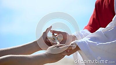 Ksiądz dłoń dając drewnianym krzyżykom człowiekowi, dzieląc wiarę i nadzieję zbiory wideo