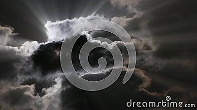 Księżyc błyszczy nad kłapciami zmrok chmurnieje - promienie zbiory wideo