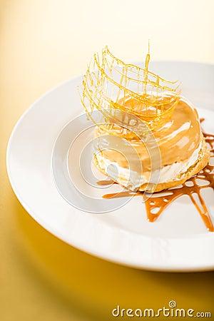 Köstlicher sahniger Nachtisch mit Karamellspitze