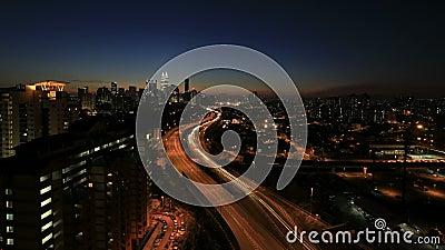 Kuala Lumpur Elevated Highway AKLEH con horizonte de la ciudad en Malasia en la puesta del sol Timelapse metrajes