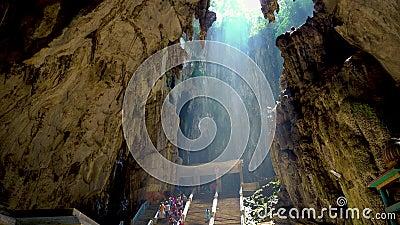 KUALA LUMPUR MALAYSIA - Maj 15, 2018: Turist och stalaktit i den Batu grottan på Kuala Lumpur, Malaysia 4K arkivfilmer