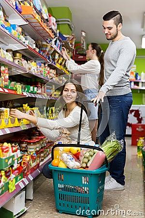 kunden die lebensmittel im supermarkt kaufen stockfoto bild 55050483. Black Bedroom Furniture Sets. Home Design Ideas