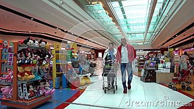 Kunden im Speicher zollfrei an Dubai International-Flughafen stock video