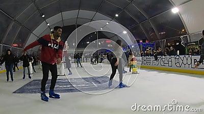 Kunstmatige ijsschaatsbaan binnenshuis stock footage