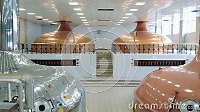Kupferne Kanister gelegen in einer Brauenfabrik stock footage