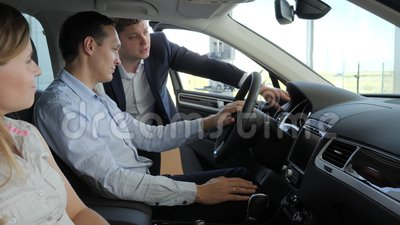 Kupienie samochód, potomstwa dobiera się, siedzący w machinie, szczęśliwa samiec zdjęcie wideo