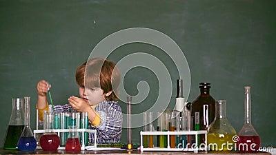 Kursteilnehmer der ?lteren Kategorie f?hrt die ersten Lektionkinder Mein Chemieexperiment Kind von der Volksschule E stock video