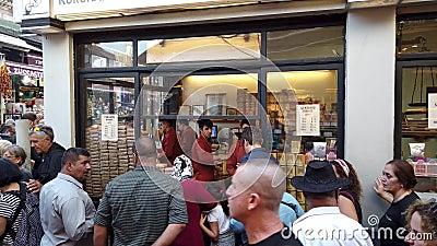 Kurukahveci Mehmet Efendi Coffee Shop con una lunga fila di persone al Spice Bazaar di Eminonu, Istanbul, Turchia video d archivio