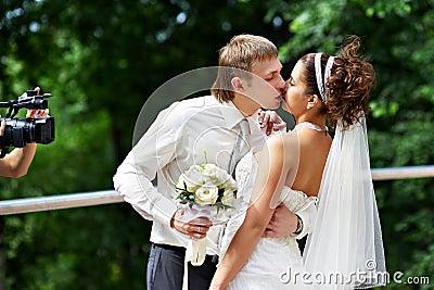 Kus de bruid en de bruidegom bij huwelijksgang