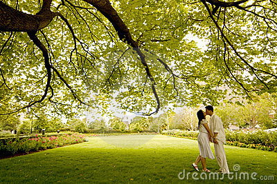 Kuss unter dem Baum