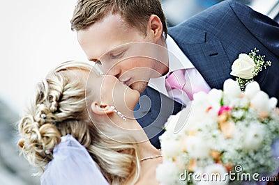 Kussbraut und -bräutigam an der Hochzeit