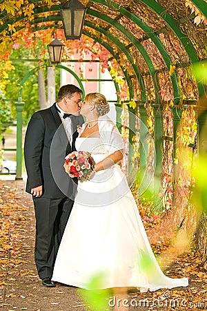 Kussend huwelijkspaar