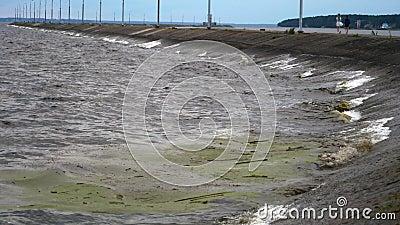 Kustvågor till havs, smutsigt vatten med skräp utanför kustens ekologi arkivfilmer