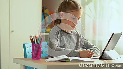 Kute child use laptop voor onderwijs, online studie, huisstudie Meisje maakt huiswerk op afstand stock videobeelden
