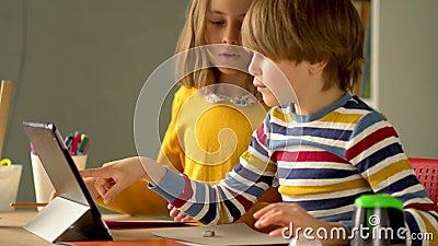 Kute kinderen gebruiken laptop voor onderwijs, online studie, huisstudie Jongen en meisjes hebben huiswerk op afstand stock footage