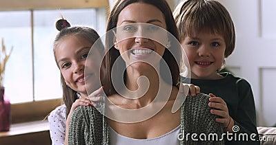 Kute kinderen omarmen moeder van achteren, familieportret