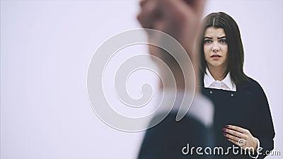 Kute office woman rapporteert aan haar baas Maar hij is heel streng, bekritiseert haar, zwaait zijn handen, klenkende vuisten stock video
