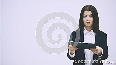 Kute office woman rapporteert aan haar baas Maar hij is zeer streng, bekritiseert haar, zwaait zijn handen ongemerkt stock footage