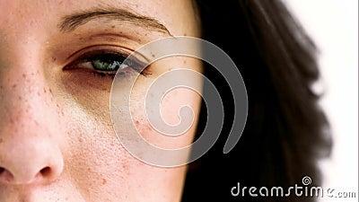 Kvinnaöppning i ultrarapid hennes öga med en kamera inom lager videofilmer