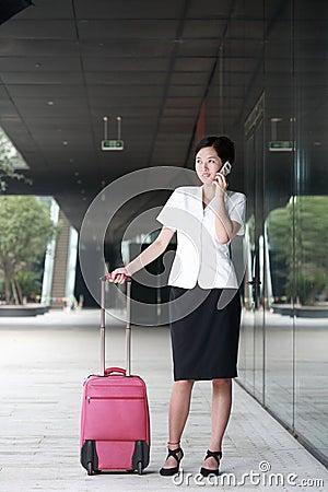 Kvinna för affärsbagagelopp