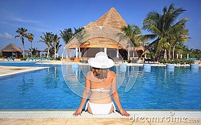 Kvinna för simning för semesterort för strandbikinipöl
