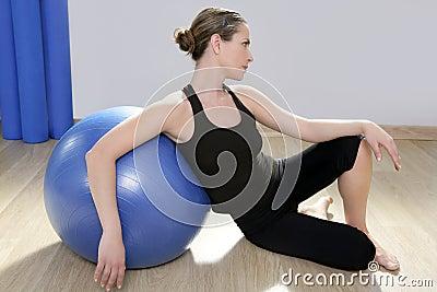 Kvinna för stabilitet för pilates för kondition för aerobicsbal blå