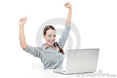 Kvinna framme av bärbara datorn med lyftta armar